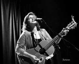 Danni Nicholls ... looking every inch a classic star and sounding it too (c) shashamane 2015