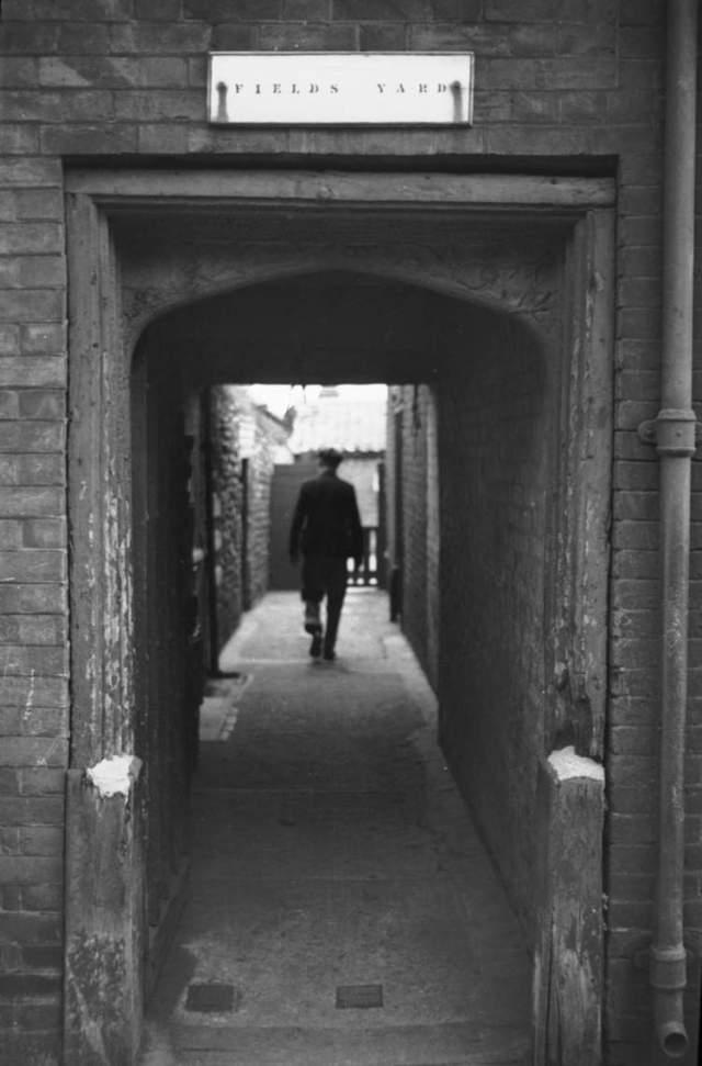 Ber+St+Field's+Yard+Tudor+archway+[0473]+1935-04-20